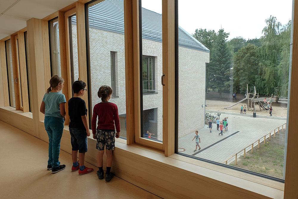 Kinder am Fenster