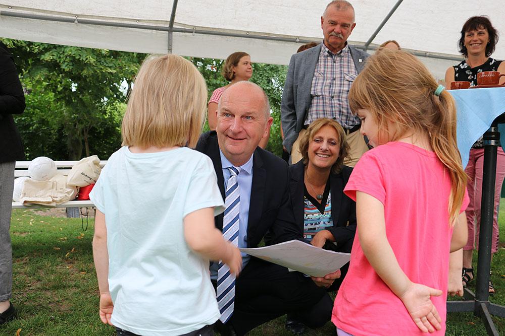 Dietmar Woidke mit Kindern der Kita