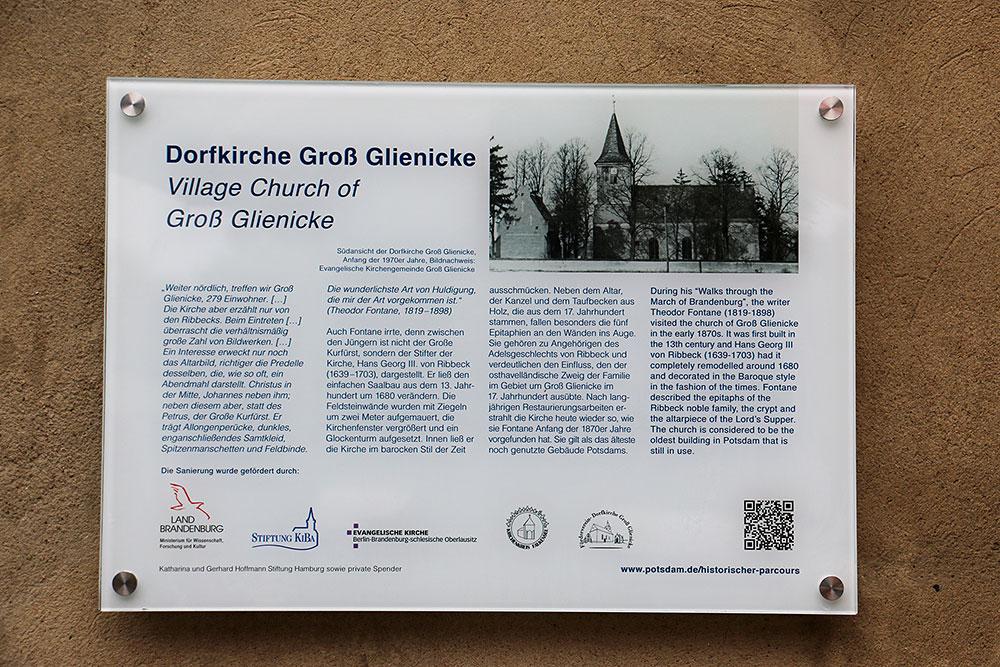 Das Fontane-Schild am Eingang der Groß Gienicker Dorfkirche
