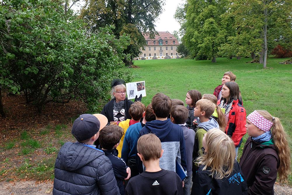 Schüler aus Marquardt auf den Spuren Fontanes im Schlosspark