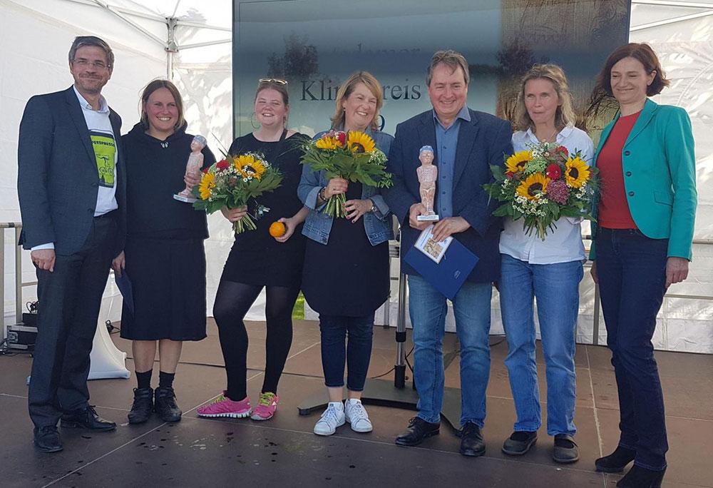 Die PreisträgerInnen des Klimapreises 2019 mit Oberbürgermeister Mike Schubert (l.) und Stadtwerke-Geschäftsführerin Sophia Eltrop (r.)
