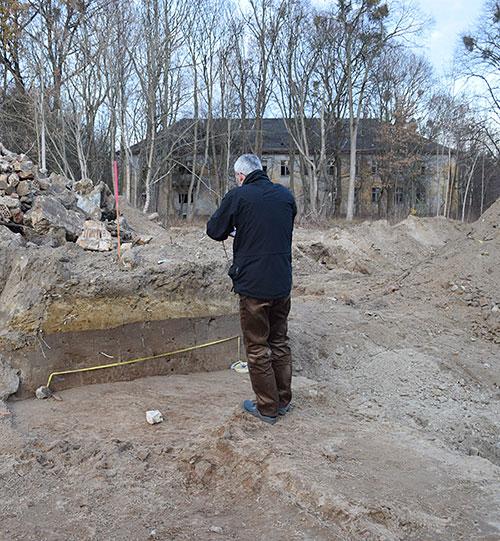 Dokumentation eines Bodenaufschlusses beim Rückbau eines der Plattenbauten durch Mitarbeiter der Unteren Denkmalschutzbehörde.  Die Beobachtung und Dokumentation  von Baugruben ist Teil der arrchäologischen Vorerkundung in Krampnitz.