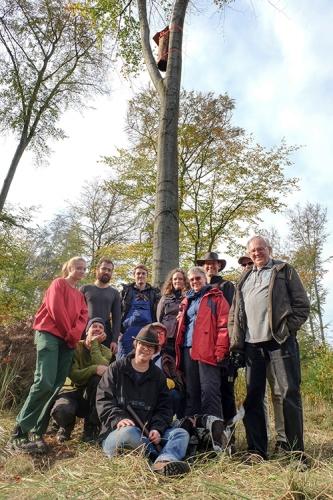 Das Team um Claudia Brandis (vorn) am Tag der Installation der Klotzbeuten