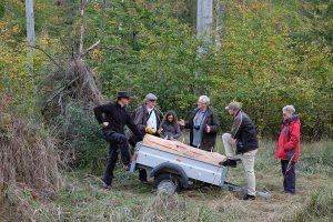 Fachgespräche um eine Klotzbeute kurz vor der Installation im Wald