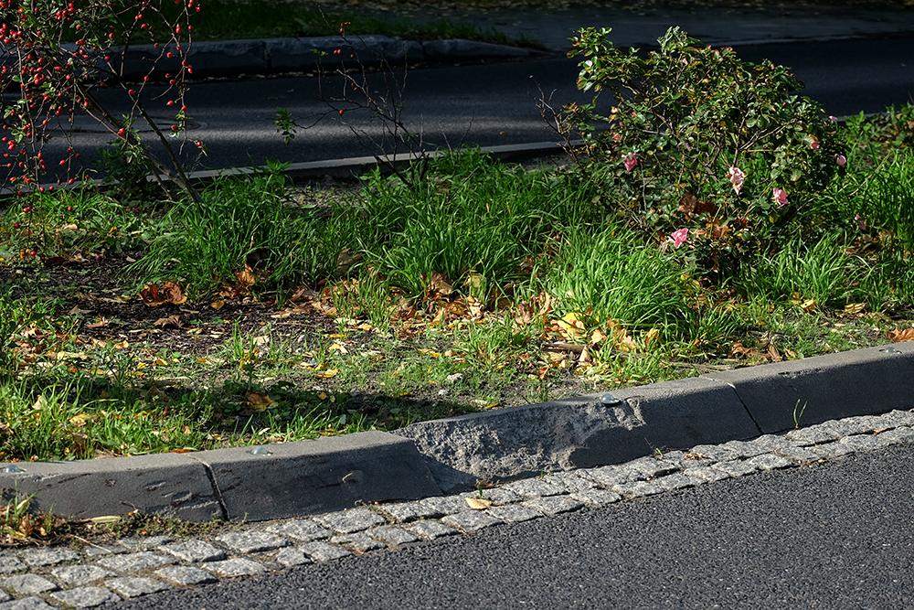 Abgefahrene Bordsteine an den Mittelinseln zeugen von Unfällen