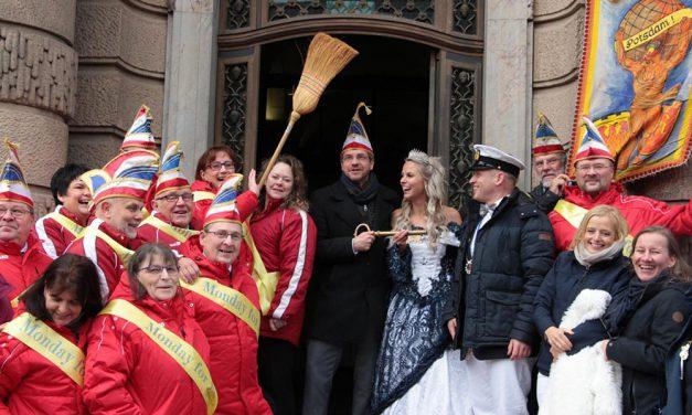 Narren stürmten das Rathaus  und das Bürgerbüro in Groß Glienicke