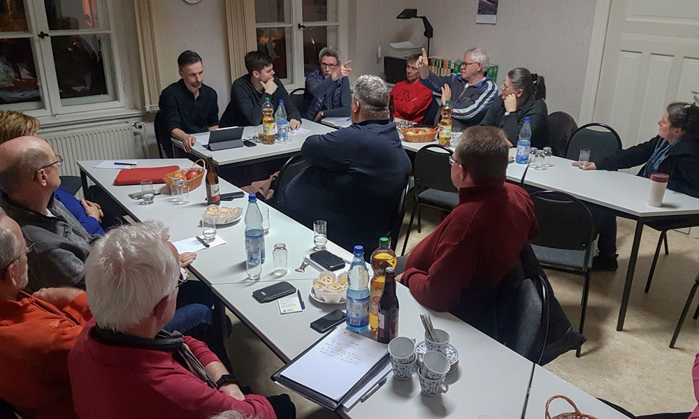 Engagierte Diskussion im Satzkorner Gemeindehaus mit Uwe Adler und Leon Troche.