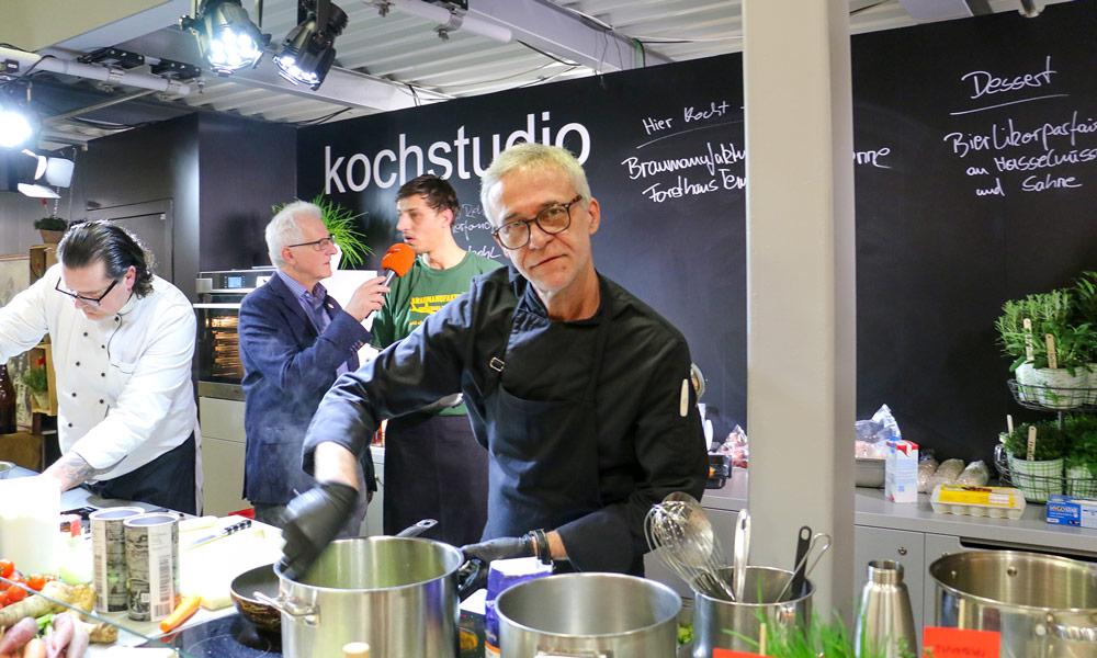 Der Spitzenkoch André Lemke vom Restaurant DIE TENNE (Neu Fahrland) in der Showküche