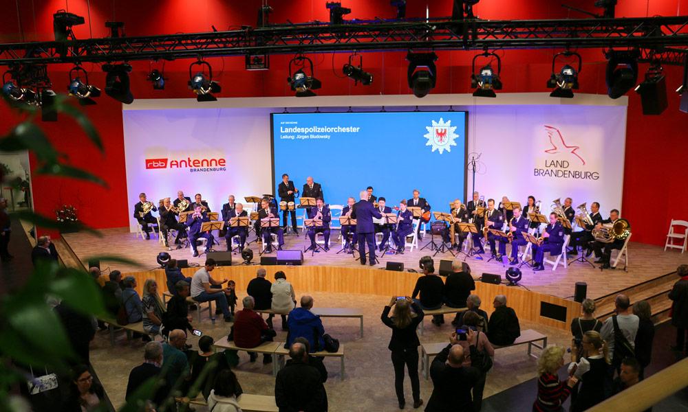 Das Landespolizeiorchester spielte in der neu gestalteten Brandenburg-Halle