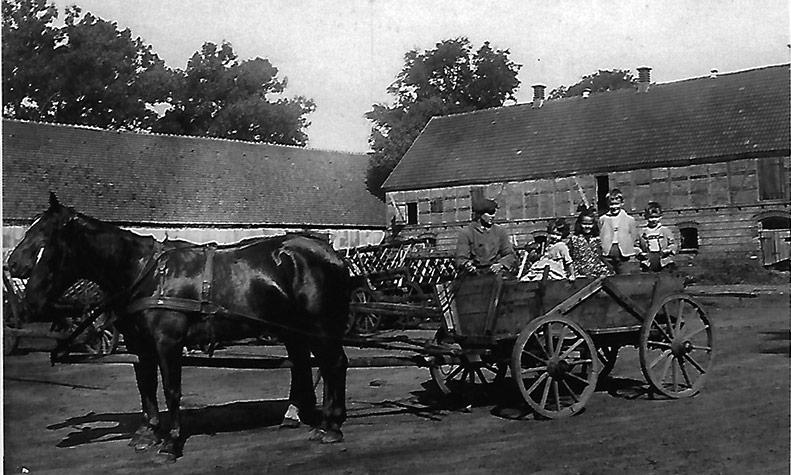Historische Aufnahme: Familie Brandhorst-Satzkorn im Pferdewagen. Ganz rechts Kurt Brandhorst-Satzkorn als Kind.