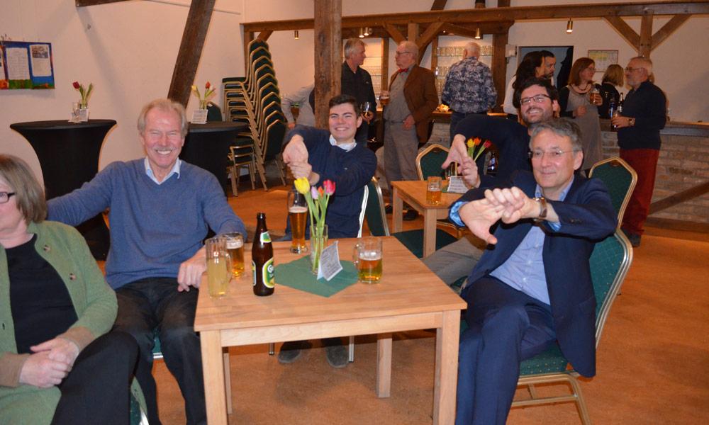 Josef Grütter, Leon Troche (SPD), Fabian Valentin (Vorsitzender des Kultur- vereins) und Pete Heuer (Vorsitzen-der der Stadtverordnetenversam-mlung, v.l.n.r.) haben Spaß bei den Aufwärmübungen des Zauberers.