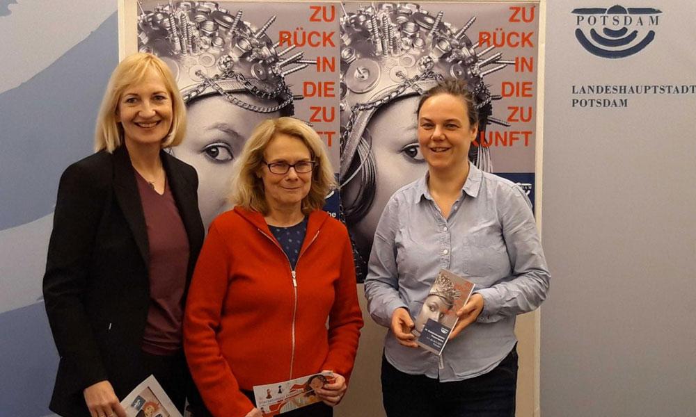 Martina Trauth mit Heiderose Gerber und Jana Mittag (v. l.) vom Potsdamer Frauenzentrum