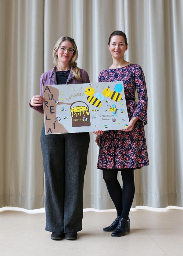 Daniela Maul-Radetzki (l.) und Silvana Green mit dem selbstgebastelten Scheck.