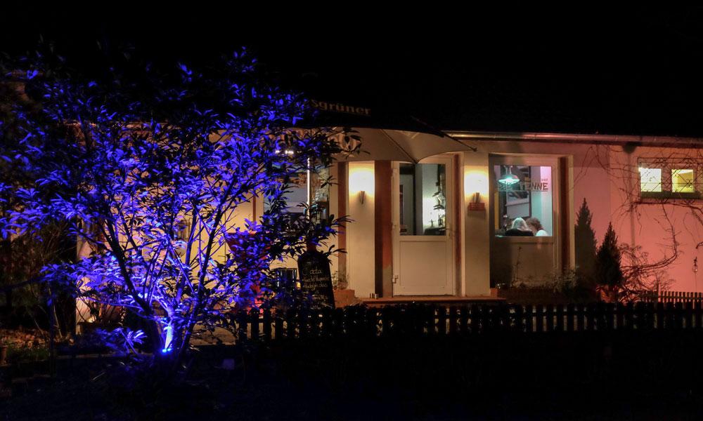 Die Tenne begrüßt ihre Gäste abends mit phantasievoller Beleuchtung.