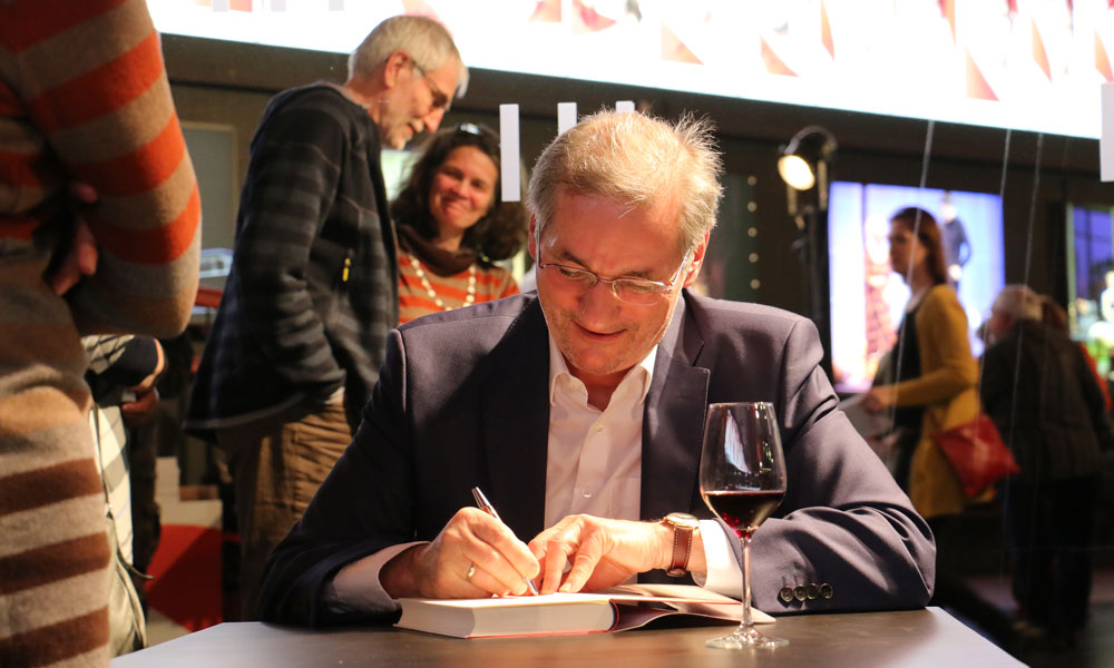 Nach der Buchvorstellung signiert Matthias Platzeck gerne einige Bücher
