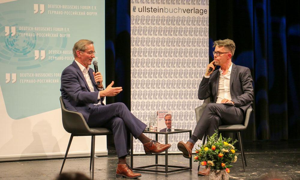 Bei der Buchvorstellung stellt sich Matthias Platzeck auch den Fragen der Jounalisten und des Publikums