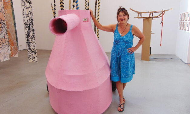 Pinker Panzer auf der Kunstausstellung