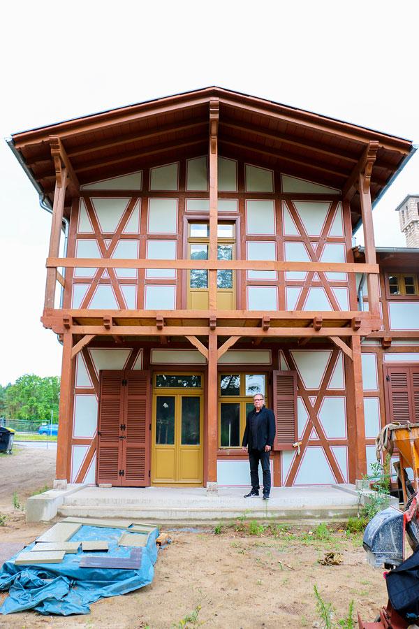 Architekt Carlos Zwick vor dem erfolgreich sanierten Haupthaus des Parkrestaurants