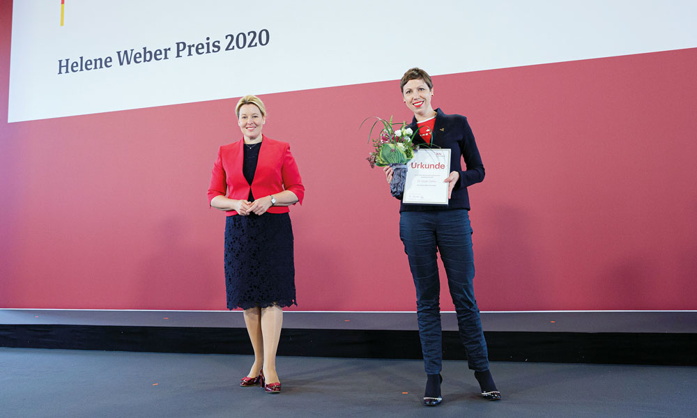 Sarah Zalfen bei der Preisverleihung des Helene-Werber-Preises mit Ministerin Giffey.