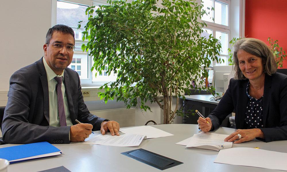 FHP-Präsidentin Prof Dr. Eva Schmitt-Rodermund und ProPotsdam-Geschäftsführer Jörn-Michael Westphal bei der Unterschrift