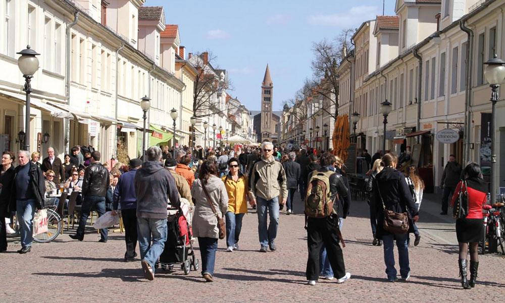 Menschen beim Einkauf in Potsdams Brandenburger Straße