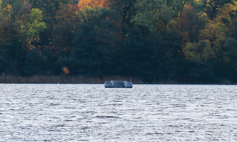 Fast unscheinbar liegt die alte und vor über 20 Jahren abgeschaltete Sauerstoffanlage inmitten des Sees. Ist sie nun seine Rettung?