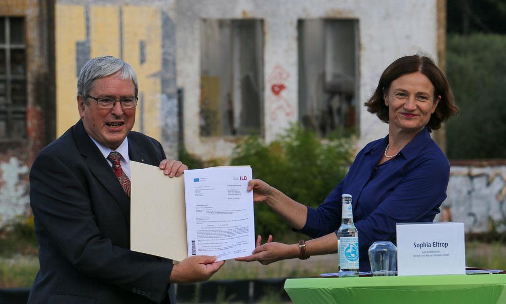 Wirtschaftsminister Dr. Jörg Steinbach übergibt die Fördermittelbestätigung an Sophia Eltrop, Geschäftsführerin der Stadtwerke Potsdam GmbH und Energie und Wasser Potsdam GmbH