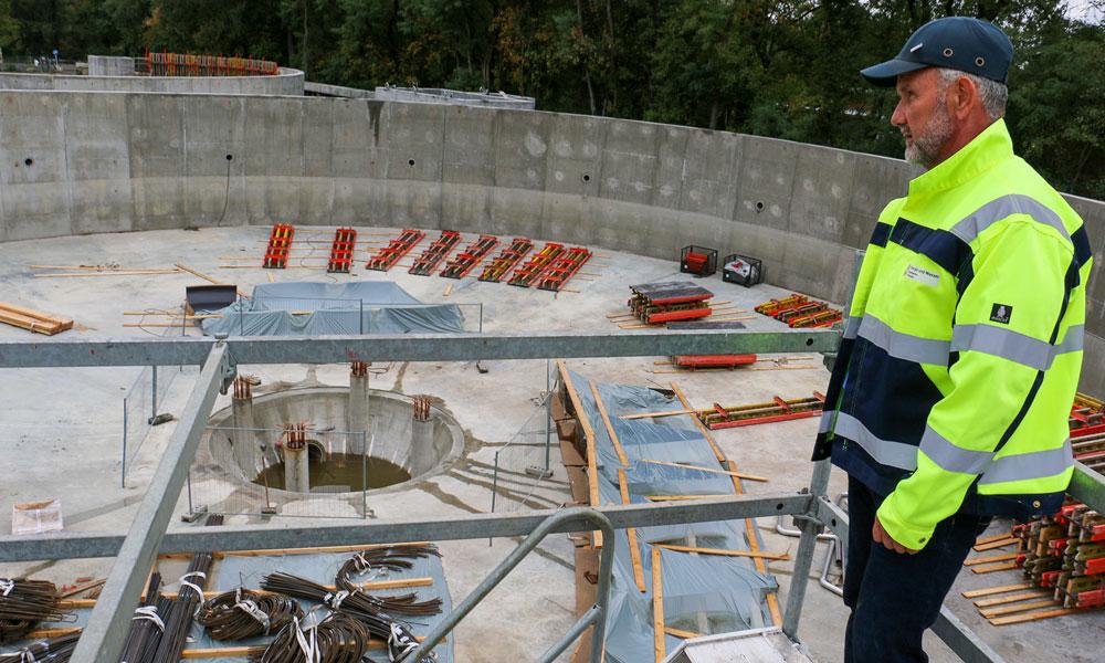 Andreas Dunst, Projektleiter Klärwerke der EWP, kontrolliert täglich die Arbeitsfortschritte auf der Baustelle ganz genau.