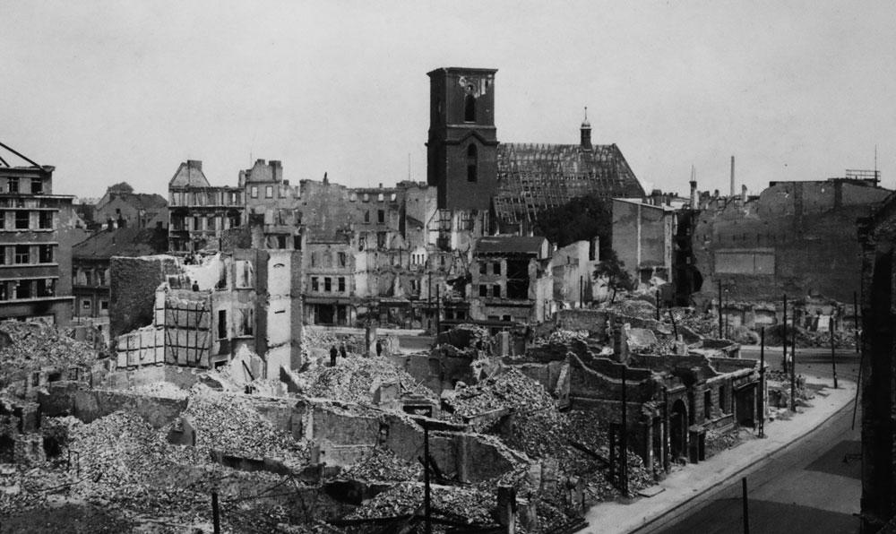 Die Spandauer Alltstadt rund um den Markt mit Blick auf die Nikolaikirche, 1945.