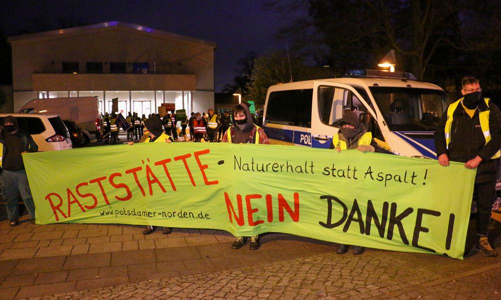 Demonstration vor dem Treffpunkt Freizeit, kurz bevor der Bauausschuss tagte