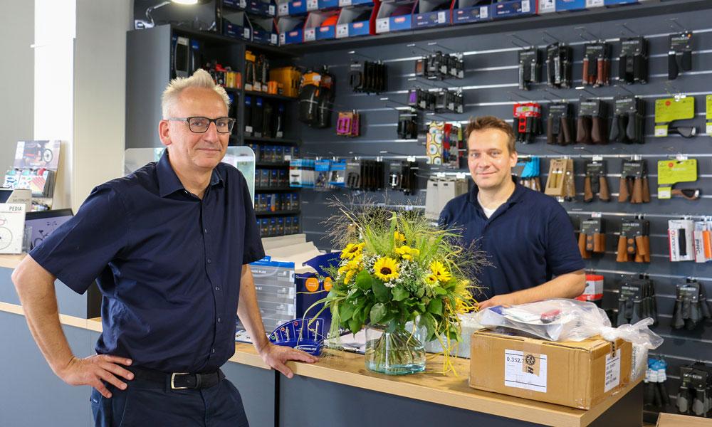 Geschäftsführer des RKI BBW Andreas Kather (l.) mit Mitarbeiter Tobias Krone (r.) im 2Rad-Laden