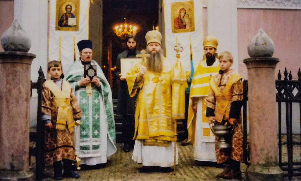1988, vor der russisch-orthodoxen Alexander Newski Gedächtniskirche Kirche. Der 13-jährige Daniel Koljada (r.) trägt als Altardiener o. Ministrant einen Kelch mit geweihten Wasser.