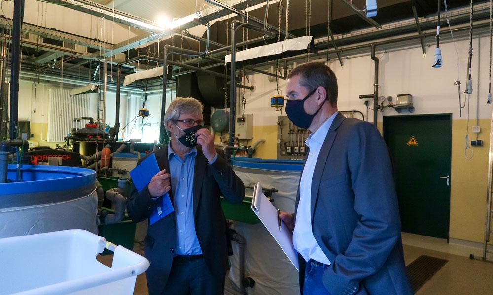 Minister Vogel (l.) im Gespräch mit dem Institutsleiter Dr. Brämick (r.)