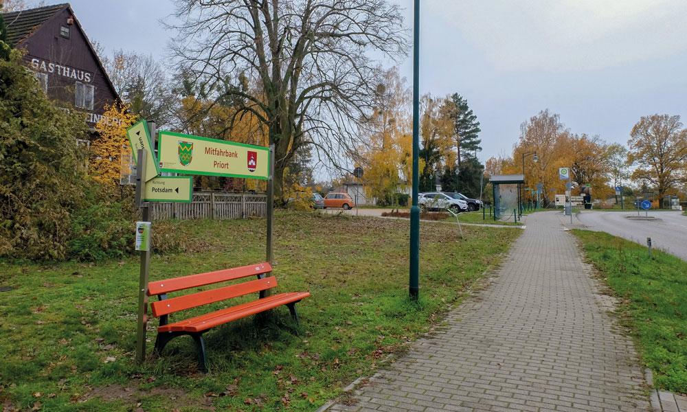 Die Mitfahrbank in Priort. Im Potsdamer Norden soll es bald mehr davon geben.