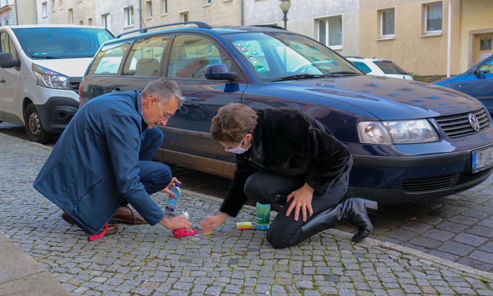 Sarah Zalfen (r.) und Pete Heuer (l.) beim Putzen der Stolpersteine