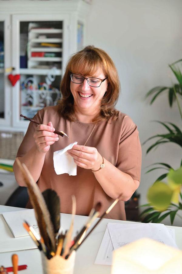 Andrea Rohleder bei ihrer Lieblingsbeschäftigung, dem Kaligrafieren