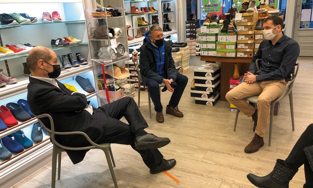 Bundesfinanzminister Olaf Scholz (SPD, l.) im Gespräch mit Unternehmer Guido Baar (r.) und dem Vorsitzenden der Stadtverordnetenversammlung, Pete Heuer (SPD, Mitte)