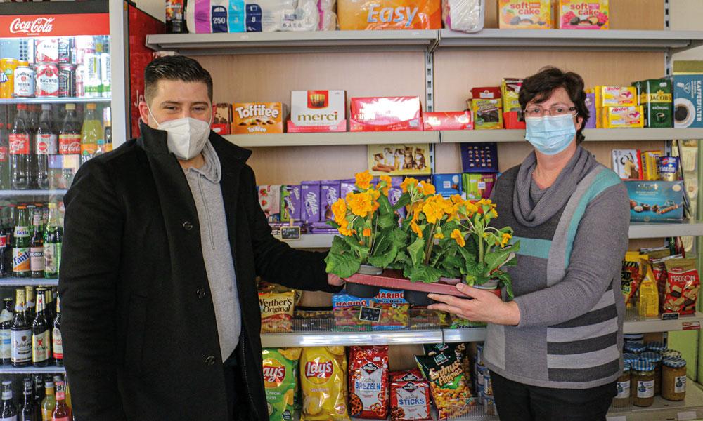 Im Potsdamer Westen übernahm der stellv. Stadtbezirksverbandsvorsitzende Christian Sandmeier (l.) die Übergabe des Blumengrußes, hier mit Frau Wilke vom Kiez-Markt in der Geschw.-Scholl-Str.