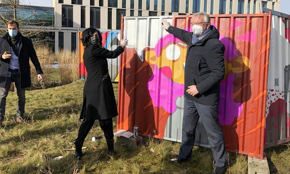 Freuen sich über die Graffiti-Zäune für Potsdamer Jugend- und Kultureinrichtungen, Noosha Aubel und Tillmann Stenger (v.l.)