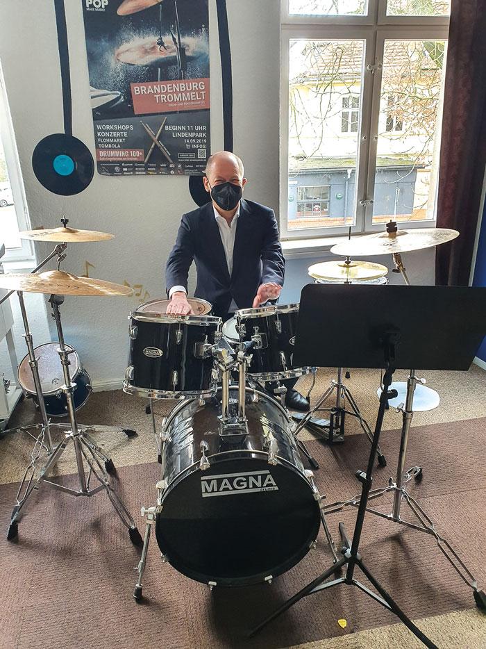 Olaf Scholz gibt auch am Schlagzeug den Ton an.