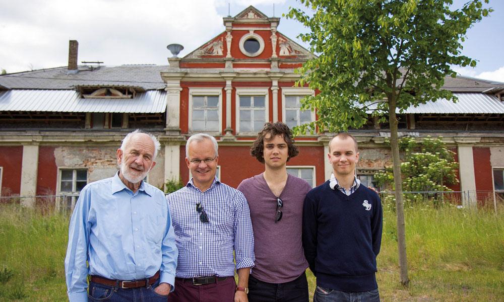 Kurt Brandhorst mit Sohn Frederik und den Enkeln Max und Johan vor dem Gutshaus (2015), v.l.