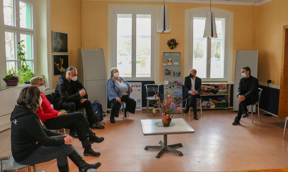 Olaf Scholz (2. v. r.) im Gespräch mit Akteuren der Kinder- und Jugendsozialarbeit.