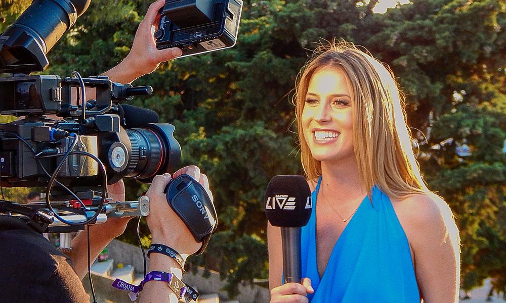 Reporterin vor der Kamera