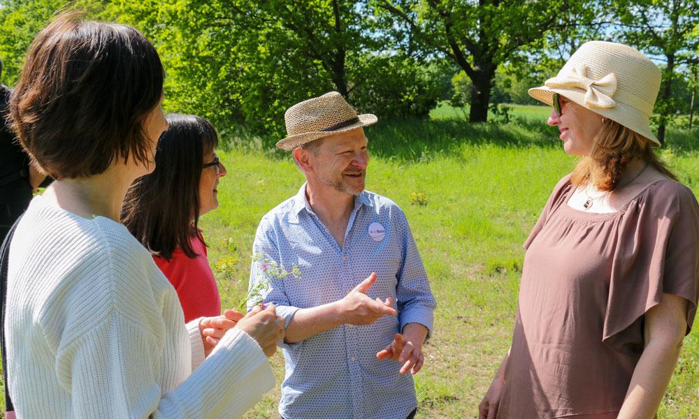 Der Vorsitzende des Kreisverbands Potsdam, Kay Behling (Mitte), sucht und findet das Gespräch mit den Bürgerinnen und Bürgern vor Ort.