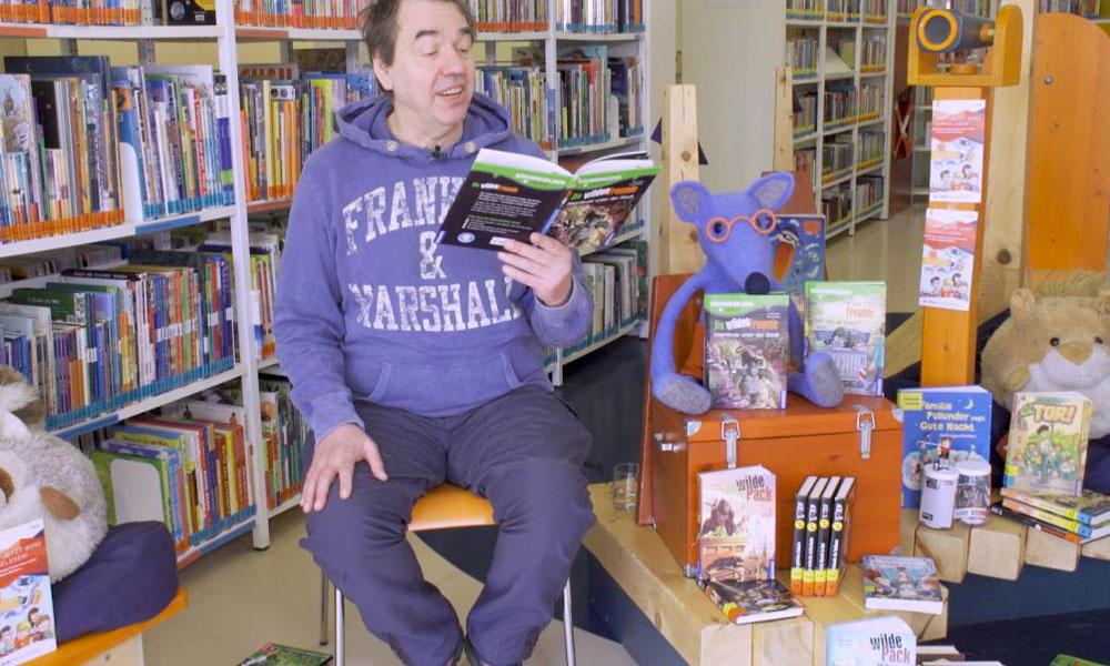Autor, Musiker und Schulsozialarbeiter Benjamin Tienti liest den Kirn vor