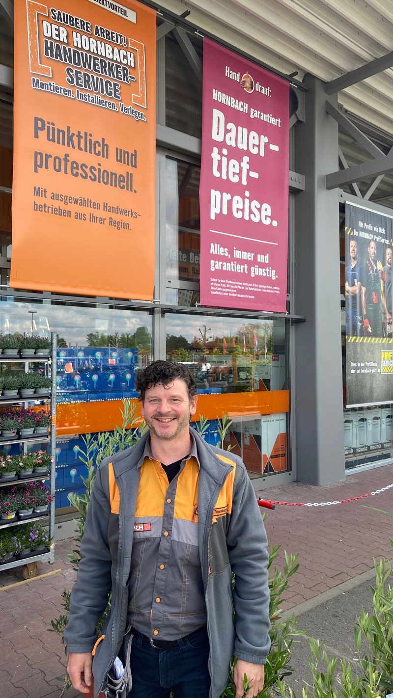 Mirko Tanneberger, Manager des HORNBACH-Marktes in Marquardt (Potsdam) freut sich, wieder alle Kunden herzlich begrüßen zu dürfen.