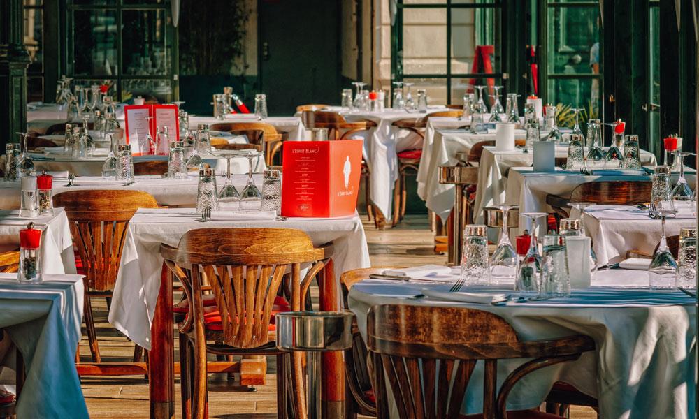 Bleiben die Plätze in den Innenräumen der Restaurants weiterhin leer? Der DEHOGA zweifelt an der Logik der Corona-Regelungen.