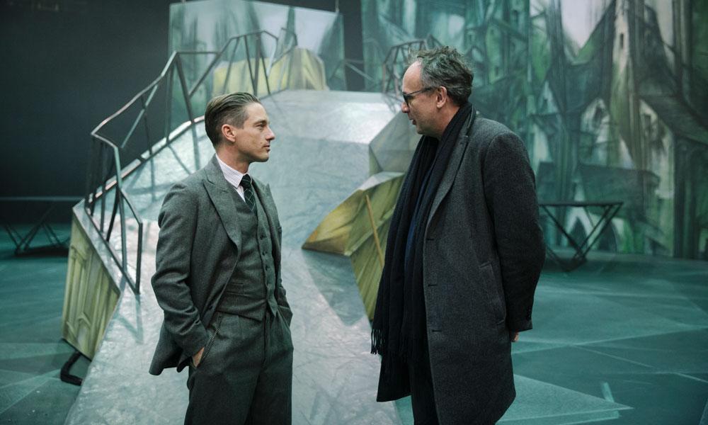 Schauspieler Volker Bruch (l.) mit Romanautor Volker Kutscher (r.) am Set.
