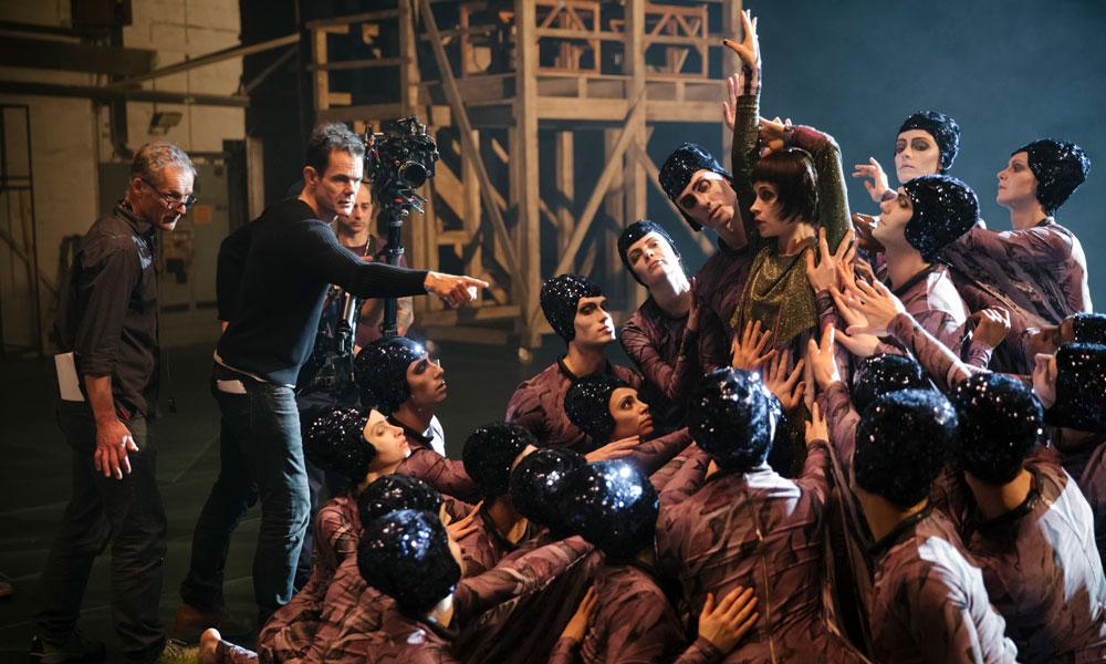 Tom Tykwer beim Inszenieren einer Szene der Staffel 3