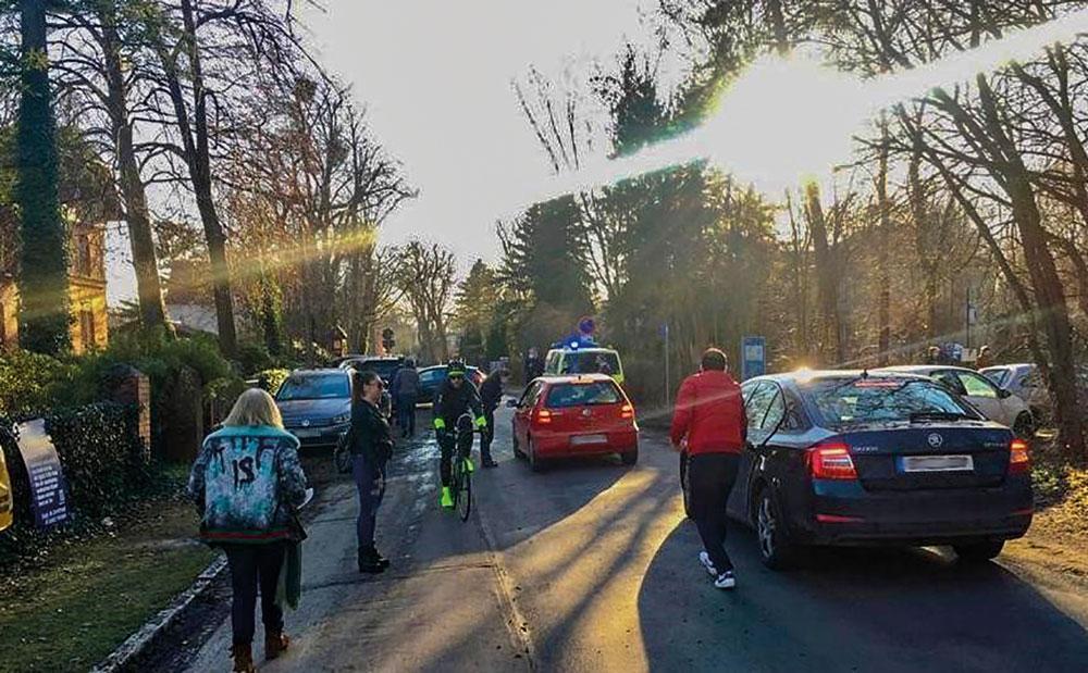 Die Polizei hatte schon im März dieses Jahres viel zu tun. Sie musste die Straße durch Sacrow für mehrere Stunden absperren und einige Autos abschleppen lassen.